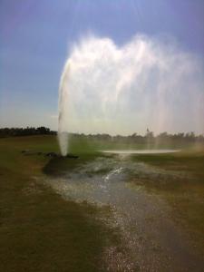 Pueden ocurrir daños al no detectarse una fuga en un area remota y elagua sigue fluyendo. Fotografía contesía de Bailey Ranch Golf Club, Owasso, Okla.